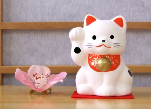 Maneki Neko Lucky Feng Shui white cat with raised paw small A2